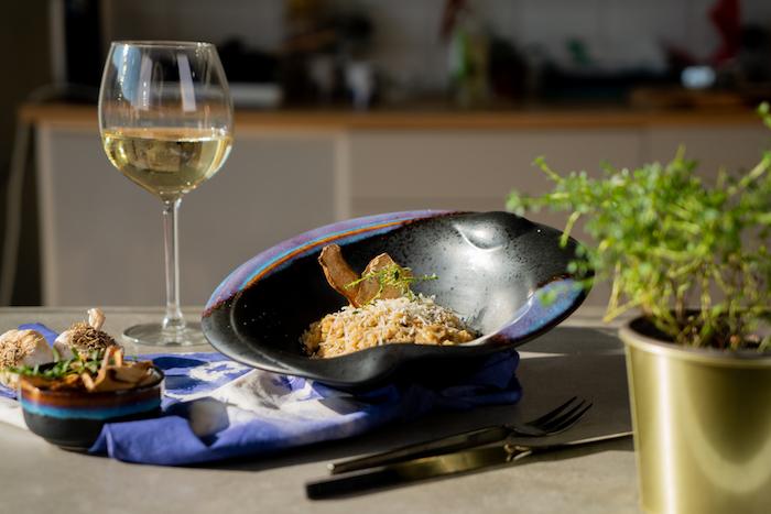 assiette avec risotto aux champignons et parmesan, comment faire risotto parmesan simple à l italienne