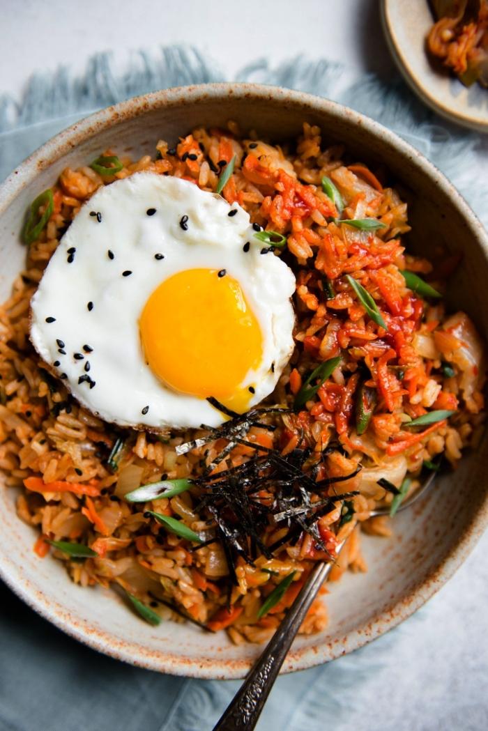 recette de riz frit au kimchi avec oeuf frit et légumes, quoi manger ce soir vite fait