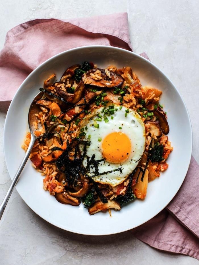 recette de riz frit au kimchi et aux champignons shiitake accompagné d'un oeuf frit, recette facile pour le soir