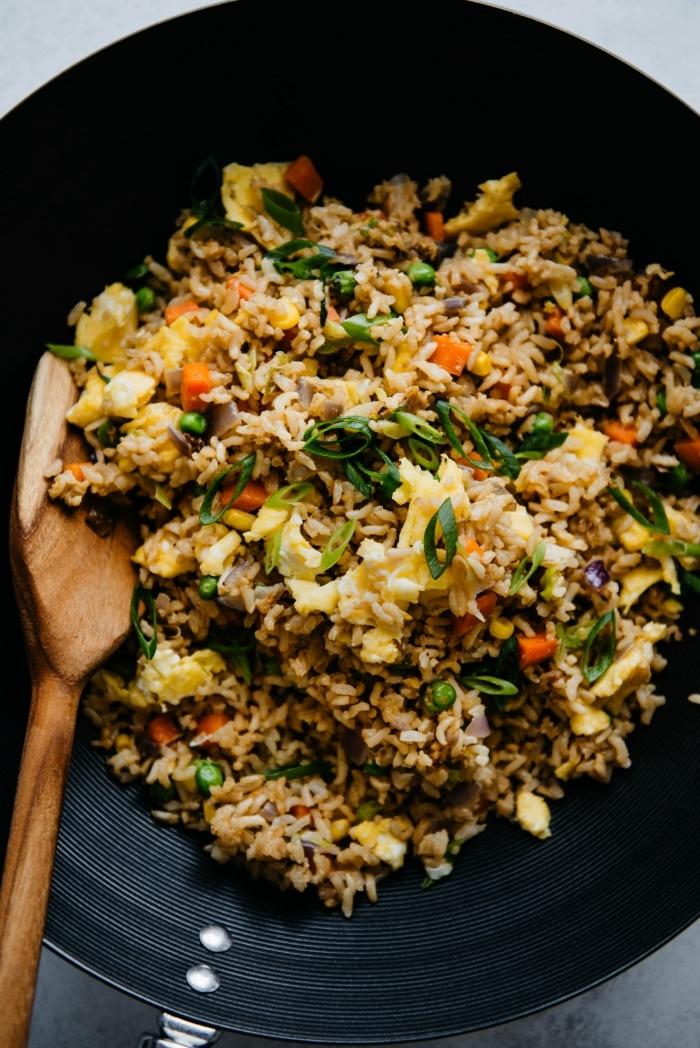 idée repas rapide à base de riz et des oeufs, recette de riz frit aux légumes et aux oeufs, une poêlée de légumes, de riz et d'oeufs