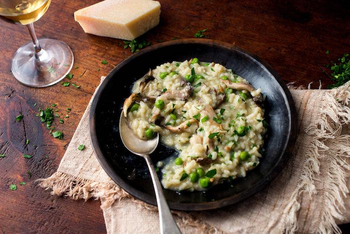risotto aux champignons et petits pois, idée de recette sans viande italienne classique
