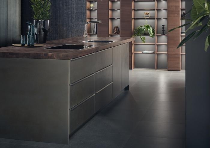 comment aménager une cuisine moderne avec îlot, idée rangement mural intégral avec étagères en bois avec panneaux de fond en gris