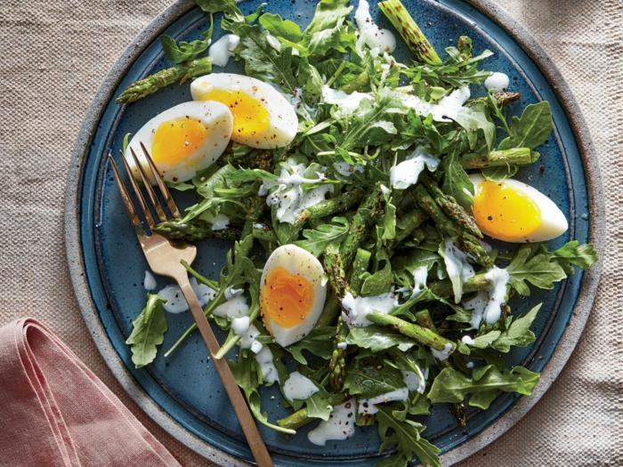 oeufs durs, roquette, idee salade simple et à la sauce de lait, assiette de présentation bleue