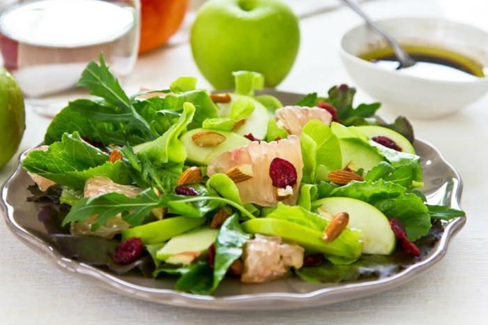 salade roquette et pomme, pamplemousse, pomme verte, vinaigrette dans un petit bol