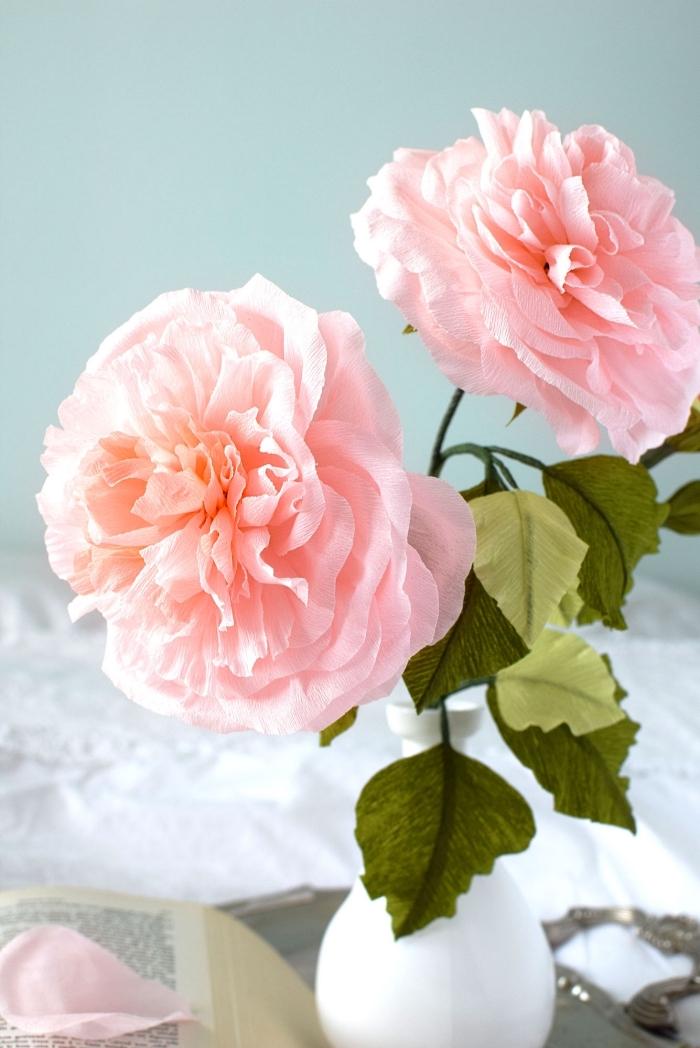 jolie rose en papier crepon très détaillée et réaliste, déco florale avec des roses en papier crépon
