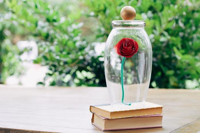 idée déco avec fleur en papier facile, une rose sous cloche inspirée de la belle et la bête, activité manuelle facile et rapide
