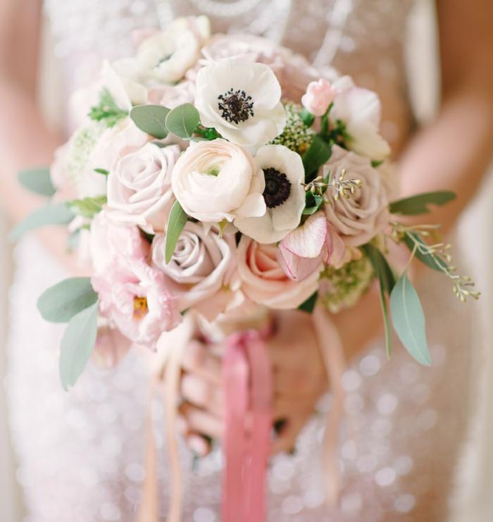 bouquet de roses et de pavots blanc et rose, feuilles de laurier, composition florale élégante