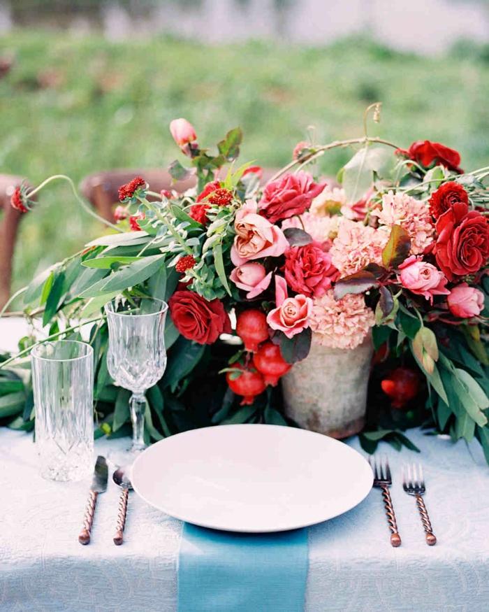 décoration de fleurs en fleurs rustiques, ustensiles vintage, nappe bleue, verres anciens