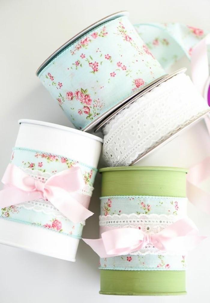 modèles d'accessoires originaux fait main en canette, idée comment décorer les boîtes de conserve avec ruban et dentelle