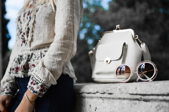 sac tendance blanc, lunettes de soleil rondes, chemise femme en coton avec broderies