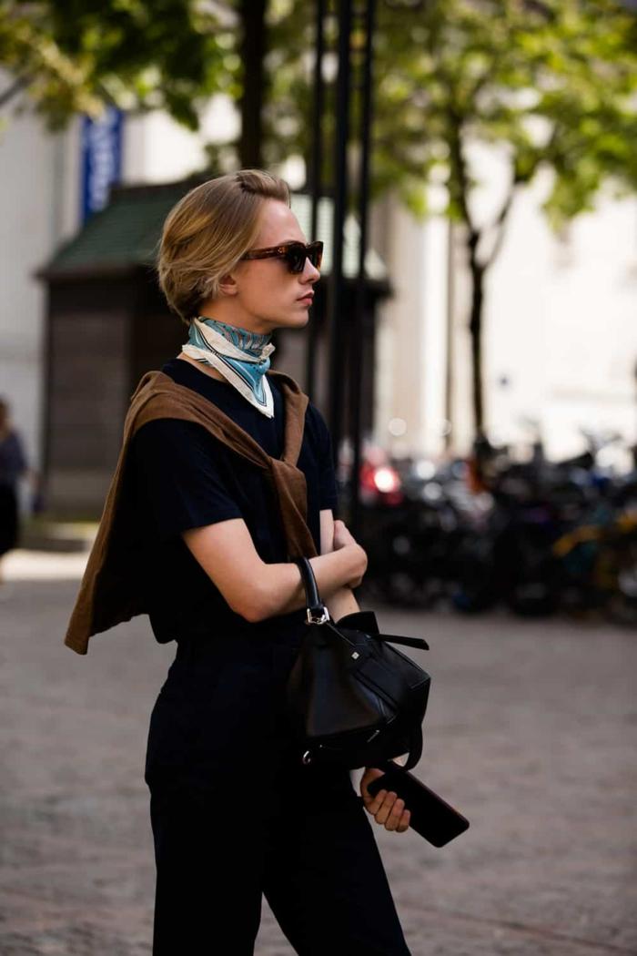 sac a main cuir femme, foulard noué autour du cou, sac à main noir, pantalon noir