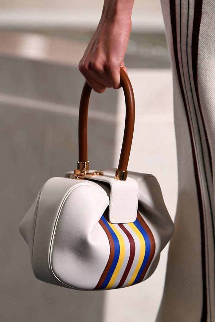 sac blanc forme géométrique originale, poignée marron, sacoche femme élégante