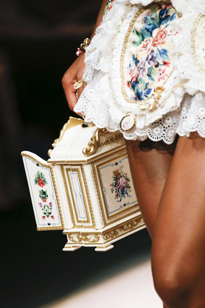 sac vintage, boîte de bijoux ancienne, robe dentelle, petite boîte aux motifs colorés
