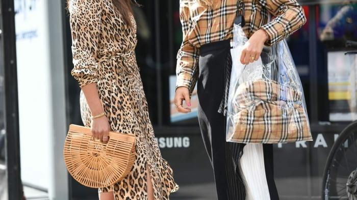 deux modèles de sac à main tendance, sac panier, sac cabas acrylique et textile, robe motifs léopard