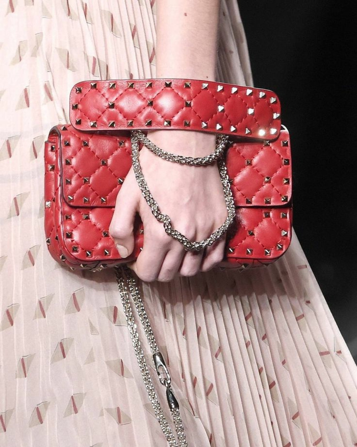 robe plissée rose pâle, bandolière chaîne, poignée de sac original, sac à main de marque
