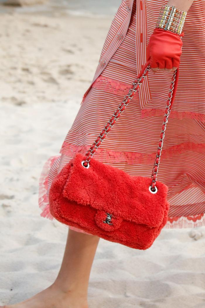 sac rouge en peluche, sac bandoulière femme, robe rayée, gants rouges, bracelet statement