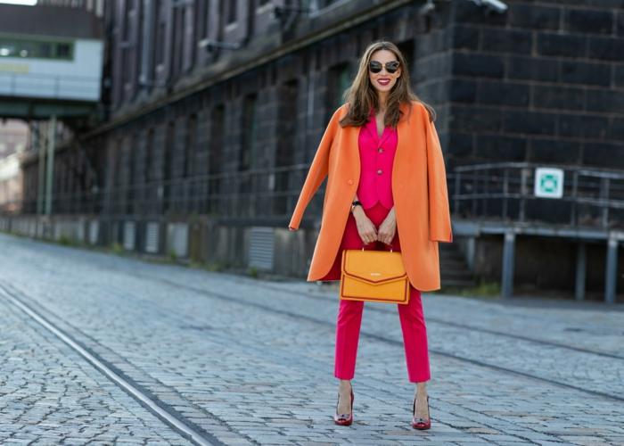 sac à main jaune, pantalon rouge, escarpins rouges, veste rose, manteau orange