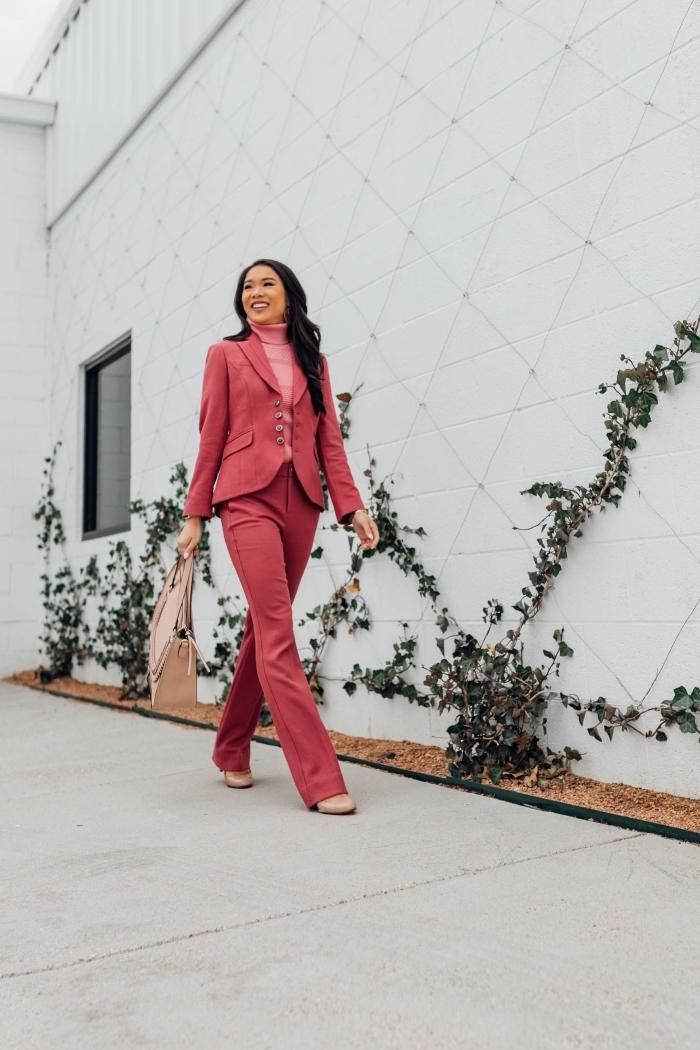 comment porter un costume femme en combinaison avec un pull, idée tenue femme en tailleur pantalon et pull rose