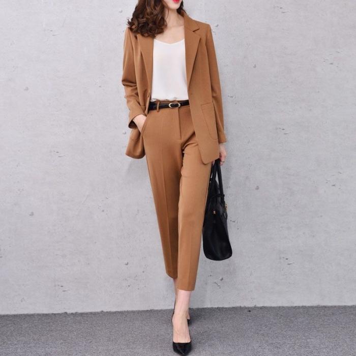 tenue baptême pour femme, comment assortir les couleurs de ses vêtements, modèle tailleur pantalon femme en marron