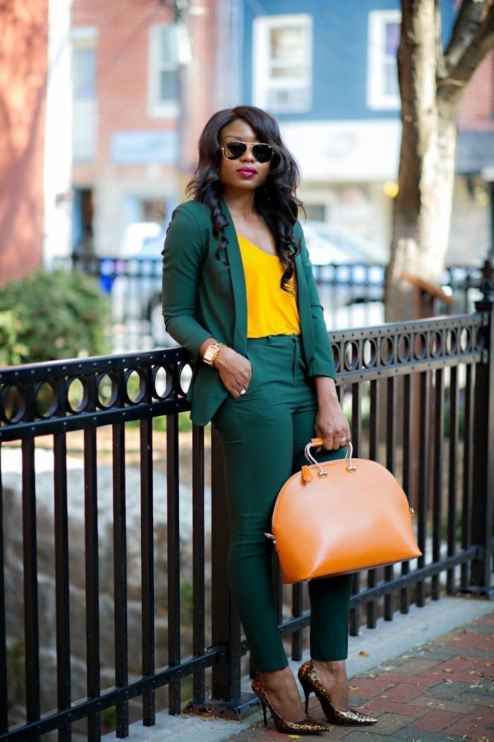 comment assortir les couleurs de ses vêtements, idée costume vert pour femme combinée avec blouse à décolleté jaune