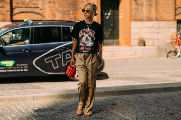 pantalon kaki, sandales oranges, petit sac rouge carré, t-shirt noir avec grande estampe
