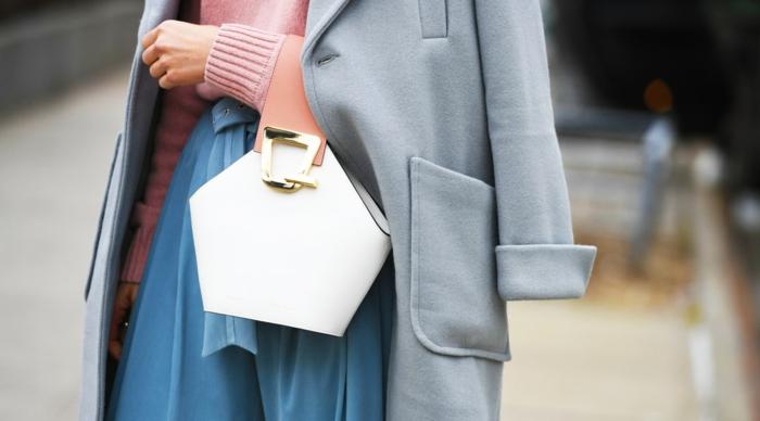 sac blanc, pantalon bleu, manteau gris en laine, pull rose, sac à poignée rose