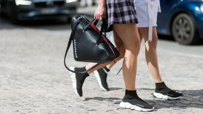 sac en cuir triangulaire, sac à main original, baskets en noir et blanc, robe chemise carrés