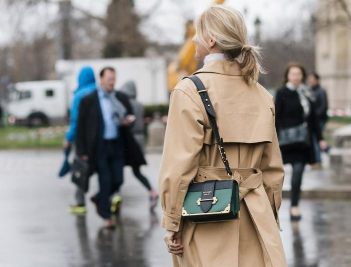 sac vert en cuir, sac bandoulière femme, queue de cheval basse, sacs tendance