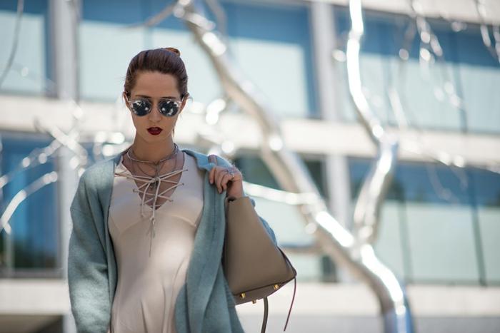 chemise en denim, haut avec lacets beige, sac beige cabas, lunettes de soleil rondes