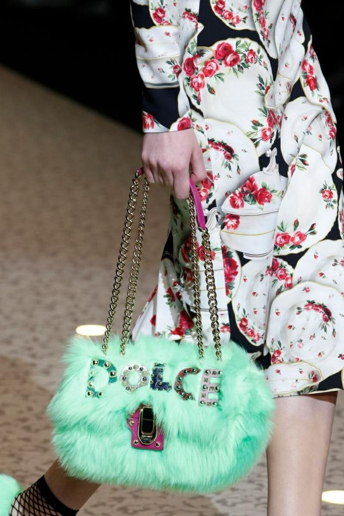 sac rectangulaire vert avec inscription, robe aux motifs floraux, sac bandoulière