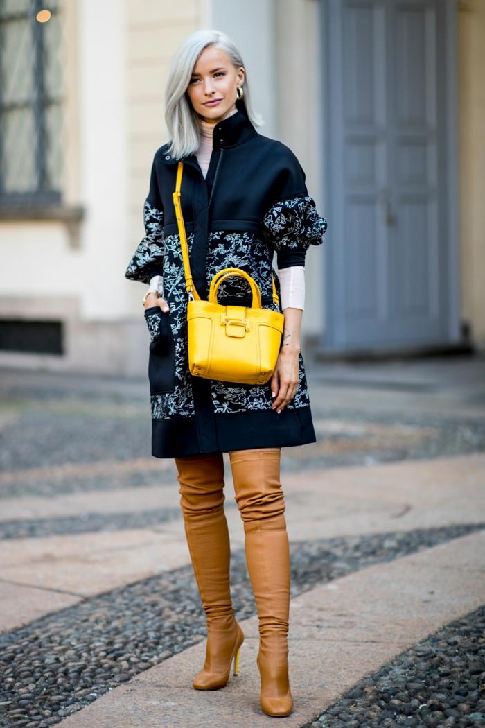 cuissardes marron, sac jaune en cuir, grand manteau aux motifs floraux, cheveux blond cendré