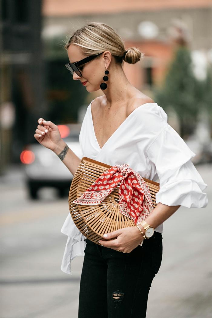 sac panier, petit foulard rouge et blanc, boucles d'oreille pendantes, chignon bas , chemise blanche