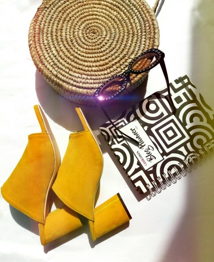 sac rond osier, sandales jaunes, cahier motifs graphiques, lunettes de soleil trendy