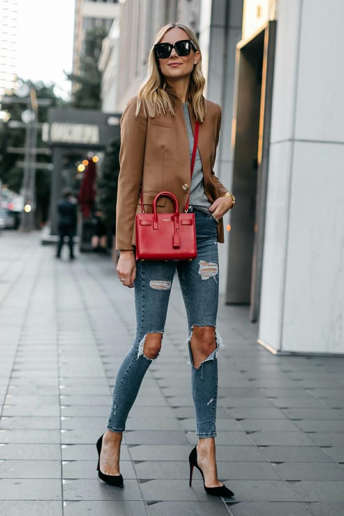 jenas déchirés, sac à main rouge, veste camel, lunettes de soleil, cheveux blonds