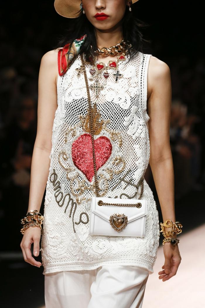 petit sac blanc, tunique moderne, colliers superposés, bracelets originaux, sac à main tendance