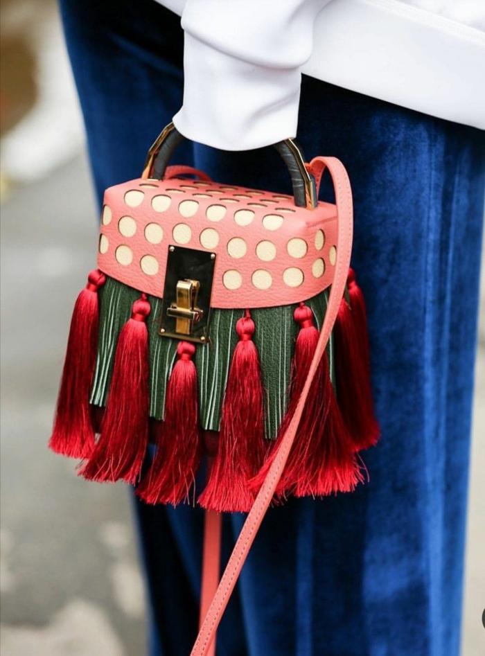sac avec des franges, fermoir métallique original, poignée statement, jupe bleue