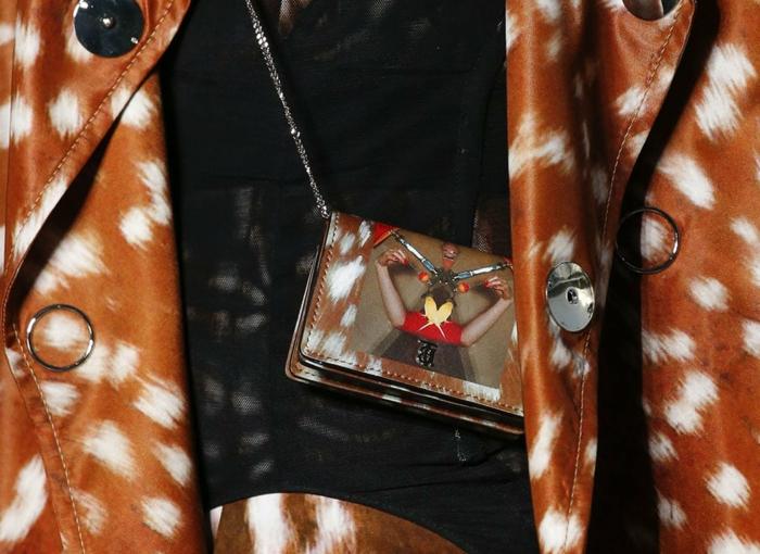 petit sac rectangulaire avec chaîne subtile, manteau marron taché de blanc, marque de sac de luxe