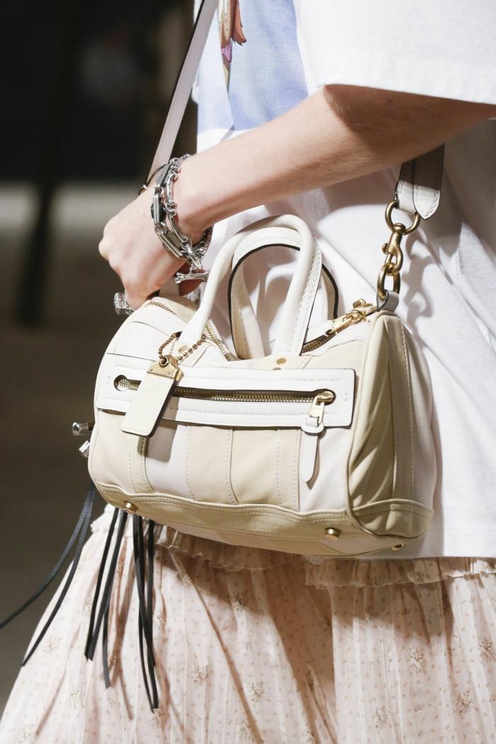 sac couleur crème, longue jupe aux volants, bandoulière et chaîne, sac a main cuir; bracelets