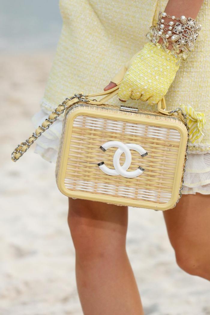 porter un sac rectangulaire, sac style panier, gant jaune, bracelet avec perles blanches