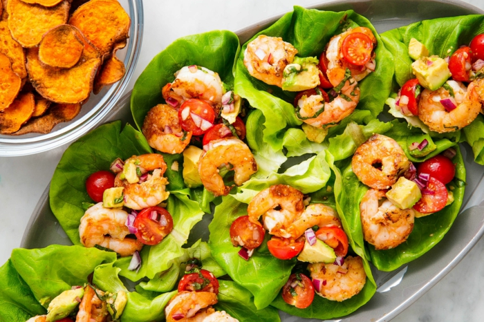 crevettes, tomates cerises, salade romaine, chips de patate douce, salade verte composée