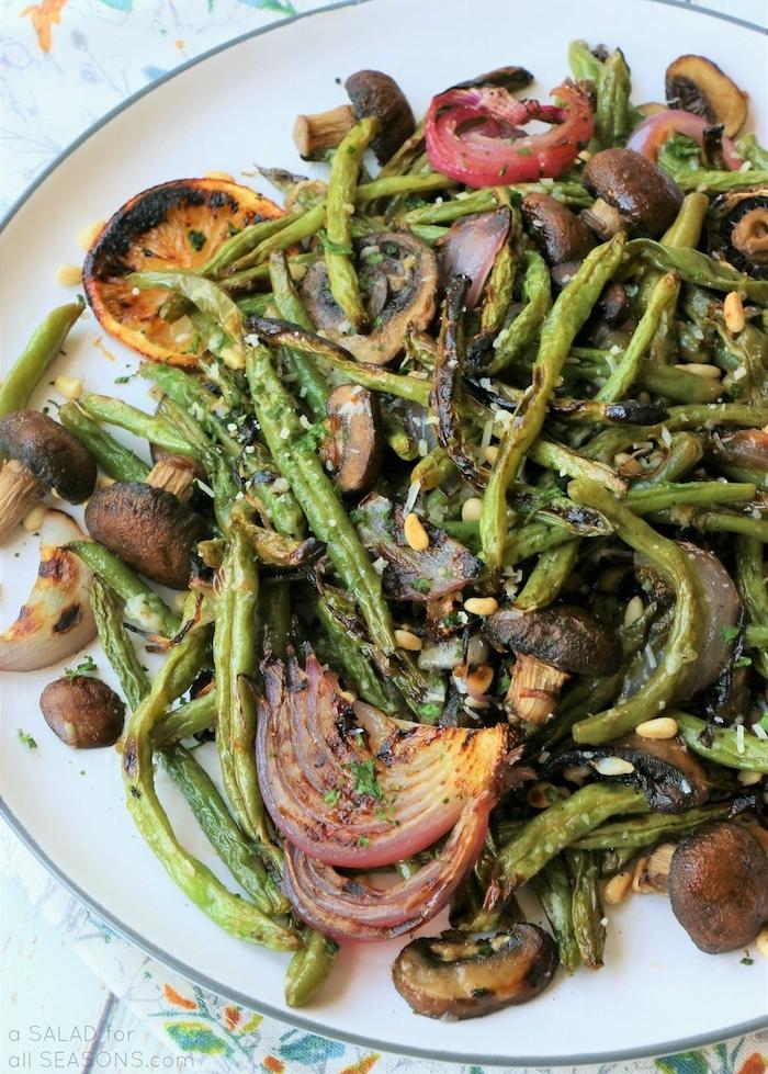 idée de plat végétarien et vegan aux haricots verts, oignons et noix avec beaucoup d épices, diner simple et rapide