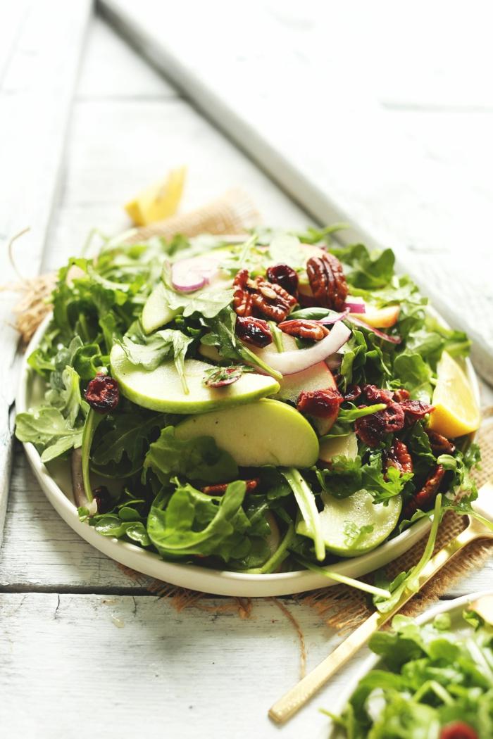 pommes, roquette, noix de pécanes, assiette de présentation élégante, idée salade délicieuse