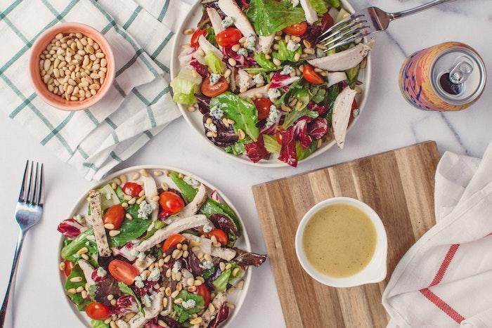 Salade d'épinard et poulet avec noix, amuse bouche apéritif facile, apero dinatoire original, sauce citron
