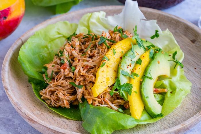 salade avocat, mangue, laitue, tsalade verte au thon, tranches de mangue et d'avocat