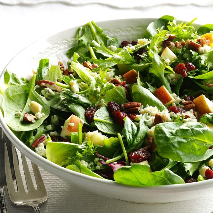 pécanes, épinards, cubes de pommes, que mettre dans une salade verte, entrée salade