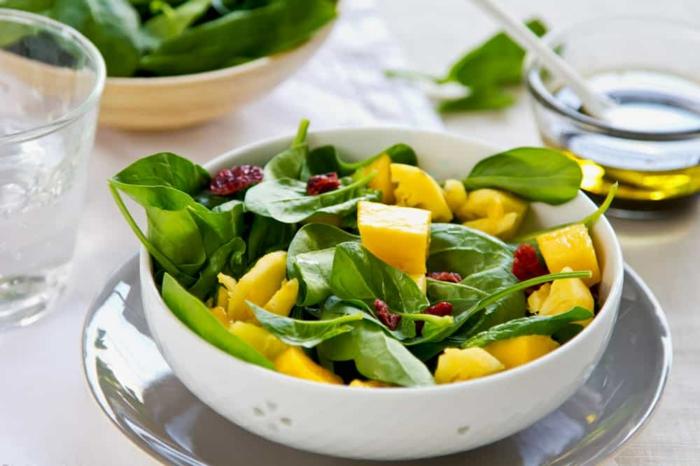 bol blanc, mangue, épinards, noix de pécans, vinaigrette salade a l huile d olive, salade verte composée