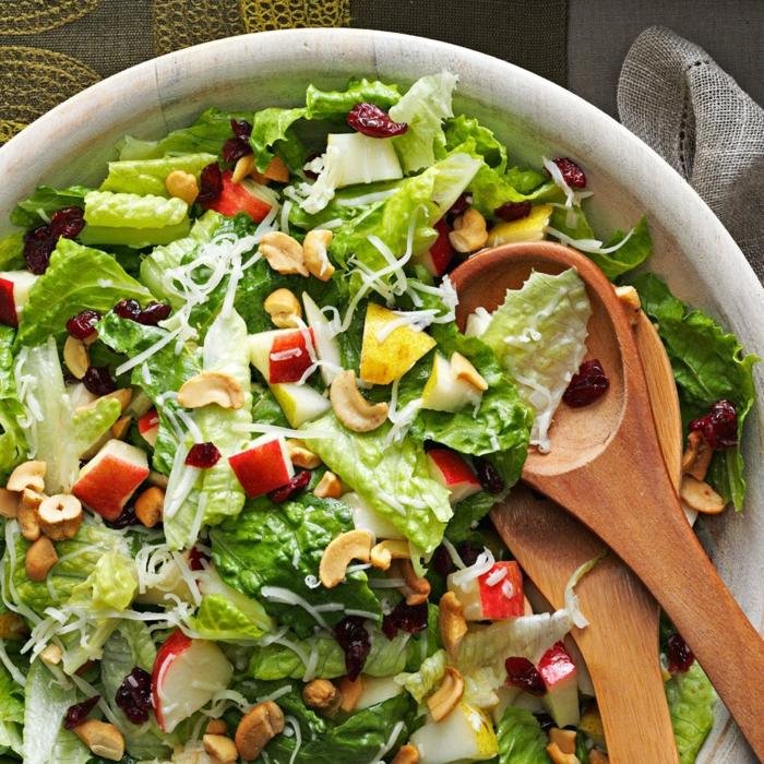 recette minceur, salade aux noix, pommes, laitue, deux cuillères en bois, assiette de présentation