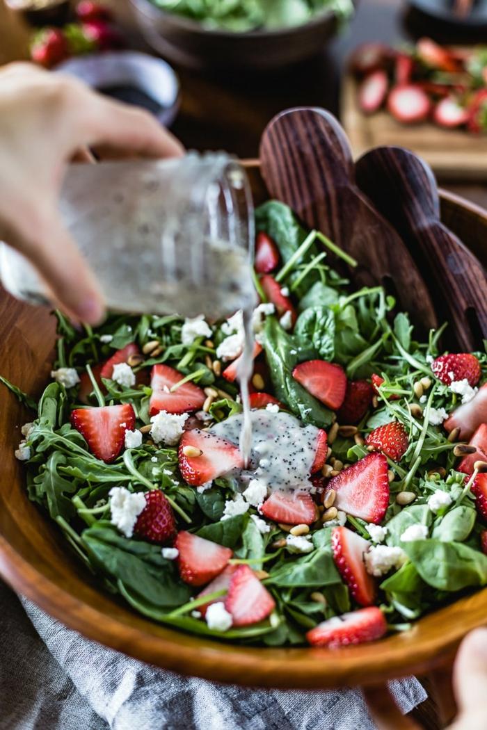 fraises fraîches, épinards, sauce blanc, assiette en bois, fraises, épinards et roquettes