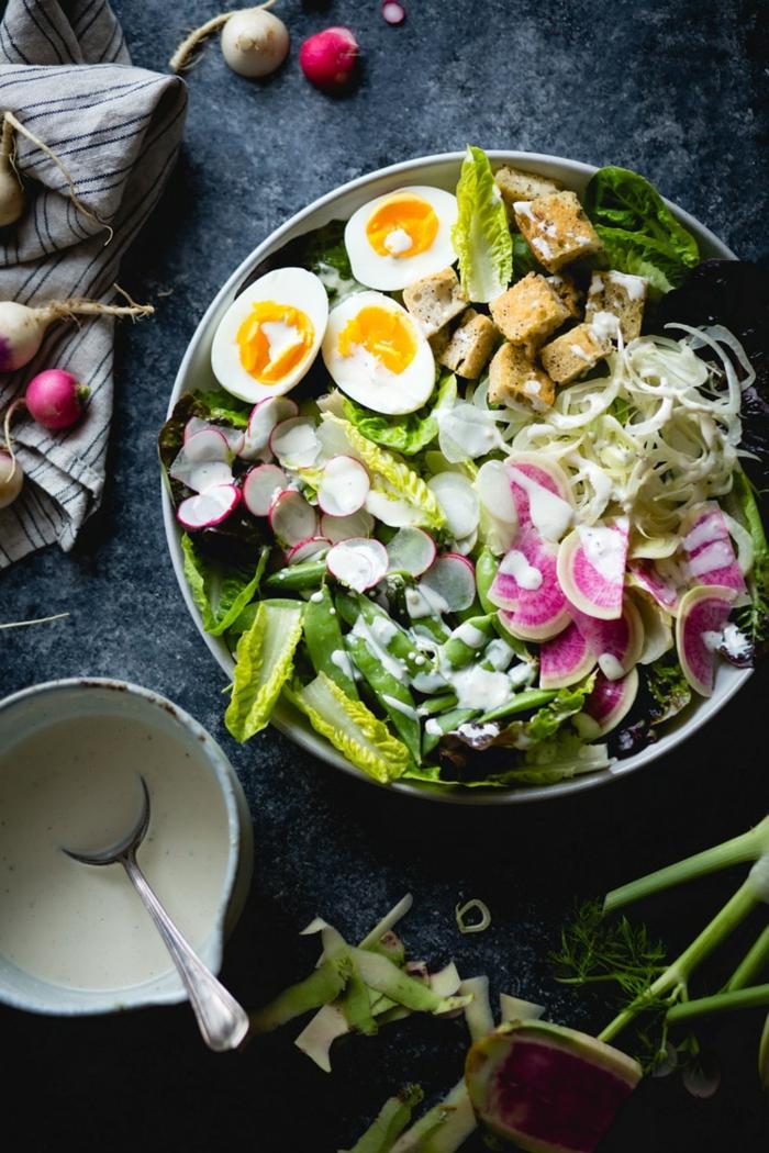 grande salade composée originale, oeufs dûrs, laitue, radis, sauce blanc, grand