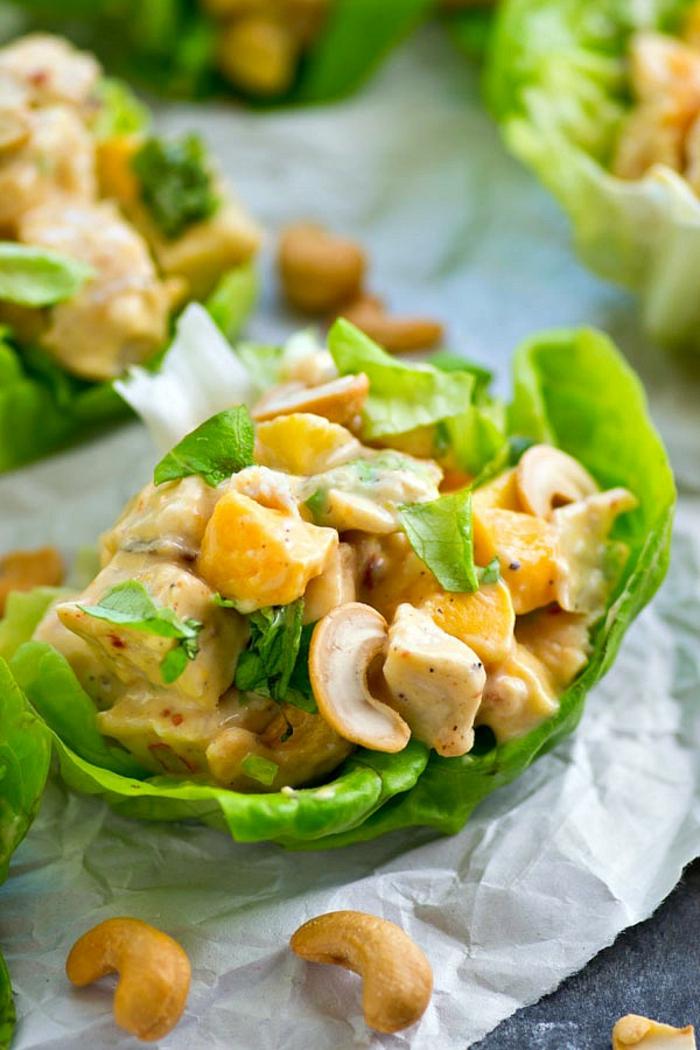 entrée salade originale, laitue avec cajoux, mangue et morceaux de viande